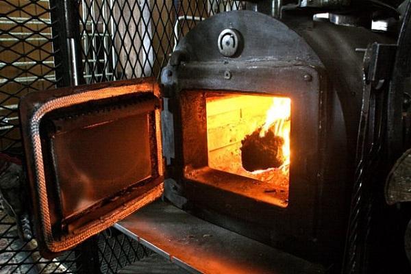 горит печь