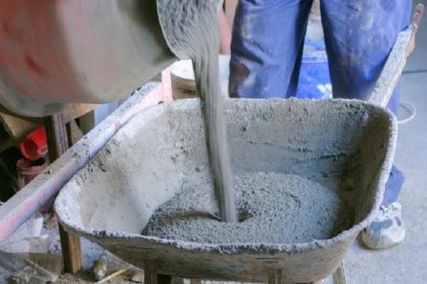 льется цемент