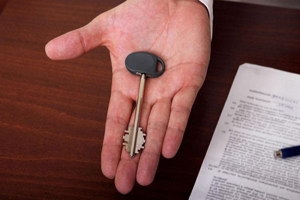 ключ в руке