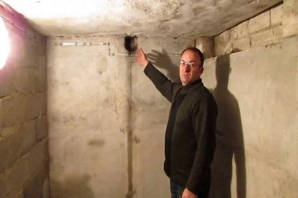 мужчина в подвале