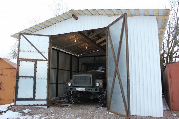 грузовик в гараже